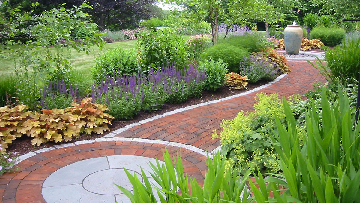 Simple Curves Add a Touch of Elegance to This Walkway